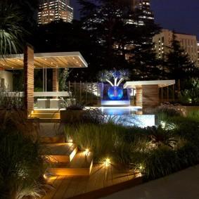 Дизайн загородного участка в темное время суток