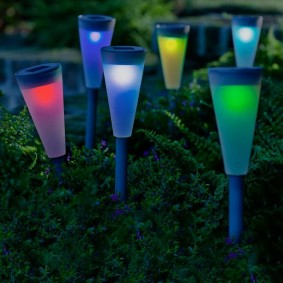 Разноцветное свечение садовых фонариков