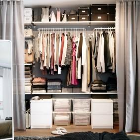 Наполнение гардеробной комнаты за плотными шторами