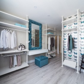 Синий пуф под зеркалом в гардеробной