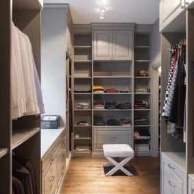 Серые стеллажи в гардеробной комнате