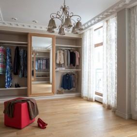 Люстра на потолке гардеробной комнаты