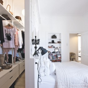 узкий гардероб за перегородкой в спальне