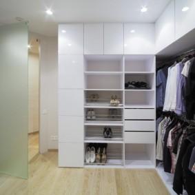 Угловой гардероб с белыми фасадами