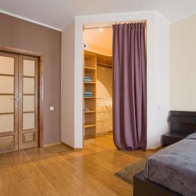 Гардеробная комната в углу спальни
