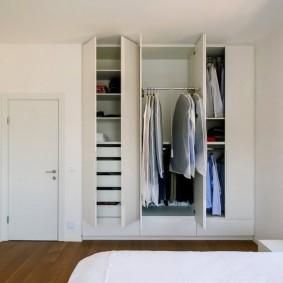 Белые шкафы в спальной комнате