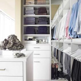 Открытые стеллажи с рубашками на вешалках