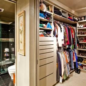 Вместительный гардероб в отдельной комнате