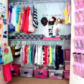 Небольшой гардероб в детской комнате