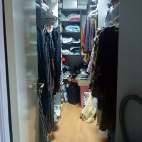 Узкое пространство между стеллажами в гардеробной