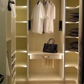 Полки из ламинированной ДСП в женском гардеробе