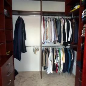 Стальные перекладины в шкафу в гардеробной комнате