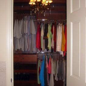 Открытая дверь в кладовку-гардеробную