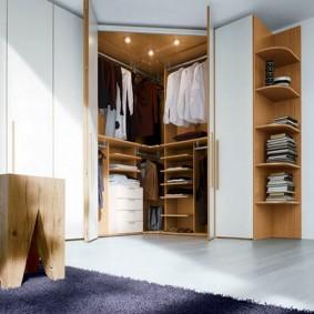 Угловой шкаф с распашными дверцами