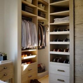 Мужские туфли на полках в гардеробе