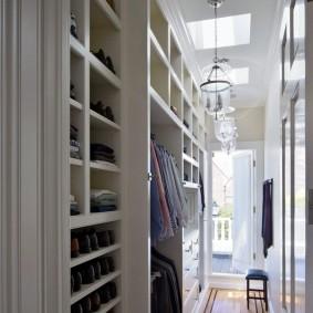Обустройство гардеробной в узком помещении