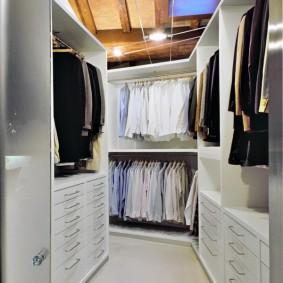 Выдвижные ящики в гардеробной комнате
