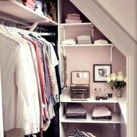 Небольшой гардероб в мансардном помещении