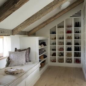 Полки для обуви в мансардной комнате