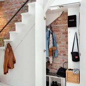 Маленькая гардеробная в кирпичном доме