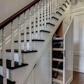 Деревянная лестница с белыми перилами