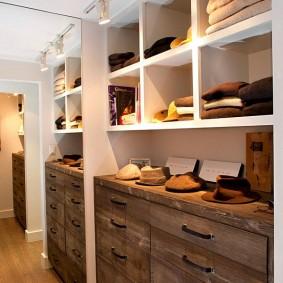 Деревянный комод в гардеробной комнате
