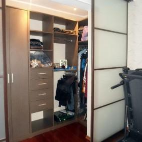 Купейные двери в гардеробной комнате