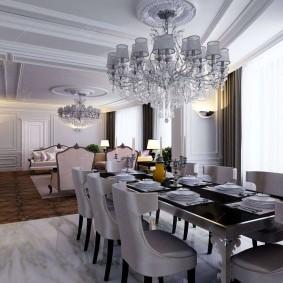 Хрустальная люстра на потолке столовой-гостиной