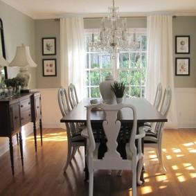 Резные спинки стульев в гостиной-столовой