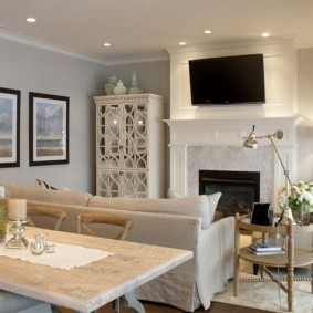 Диван в роли разделителя пространства гостиной-столовой