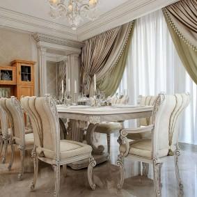 Столовая зона в гостиной с классической мебелью
