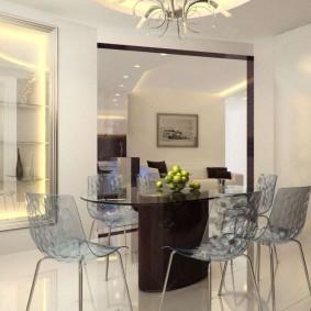 Прозрачные стулья в столовой с белыми стенами