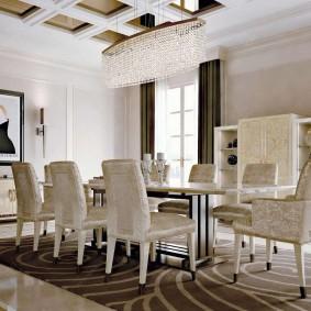 Кессонный потолок в гостиной-столовой