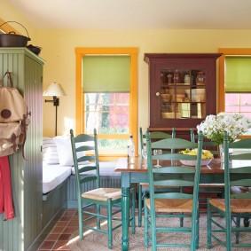 Уютная гостиная-столовая в деревенском стиле
