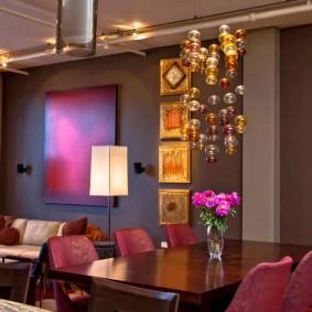 Абстрактные картины в интерьере комнаты