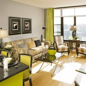 Желтые шторы на окне гостиной-столовой