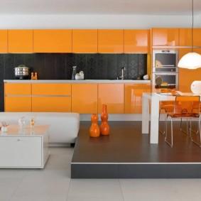 Оранжевые фасады кухонного гарнитура