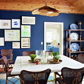 Декор синей стены в небольшой комнате