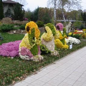 Садовые фигурки из цветущих хризантем