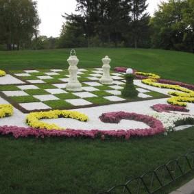 Шахматная композиция из садовых цветов