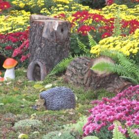 Декоративный ежик на садовой клумбе