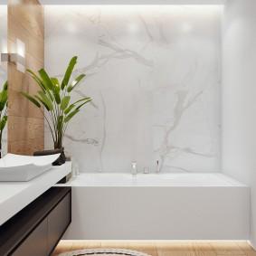 Ванная комната с отделкой мраморной плиткой