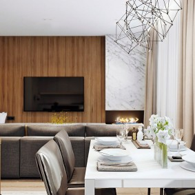 Обеденный стол в кухне-гостиной кирпичного дома