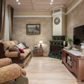 Уютная гостиная комната с небольшим камином