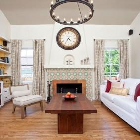 Белый диван в гостиной загородного дома