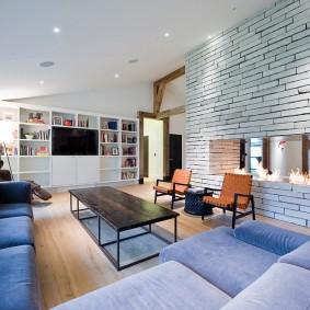 Биокамин в стене между кухней и гостиной