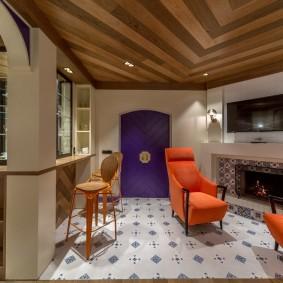 Дизайн небольшой гостиной с камином и ТВ-панелью