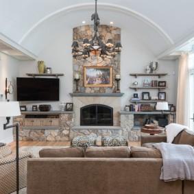 Просторная гостиная с арочным потолком