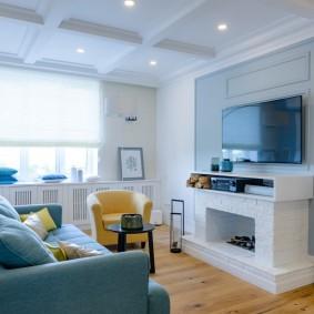 Маленькая гостиная с телевизором над камином