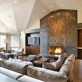 Угловой диван перед камином в гостиной